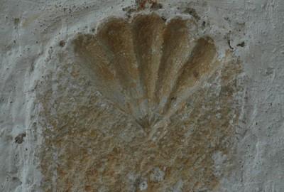 Concha de peregrino incrustada en la fachada izquierda de la Ermita del Adyutorio