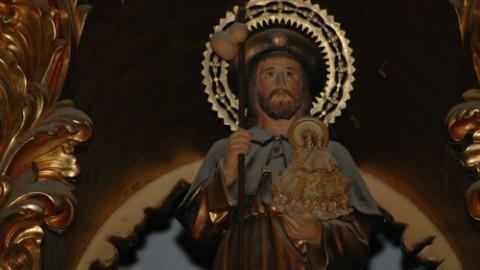Detalle de Santiago sosteniendo, en lugar de un pliego de los Evangelios, la imagen de la Virgen de Vallivana.