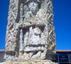Santiago Peregrino esculpido en la base de la cruz