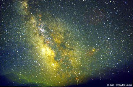 """""""...una franja alargada y lechosa entre infinidad de estrellas que centellean en una noche sin luna con cielo limpio y profundo..."""""""